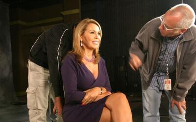 La presentadora María Elena Salinas recibe instrucciones para gra...