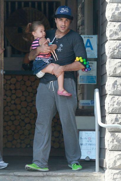 Jaime Camil se ve feliz con su hija Elena, fruto de su matrimonio con la...