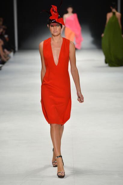 ¿Qué tal un vestido rojo-naranja? ¡Nada como lucir sexi en esta temporada!