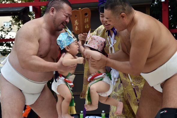 En este ritual, con siglos de antigüedad, los padres miran a sus bebés e...