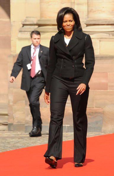 Cuando la esposa de Barack Obama quiere lucir más alta y delgada, como t...