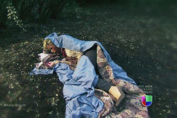 Isadora despierta tirada en el bosque, sin poder hablar ¡pues no tiene l...