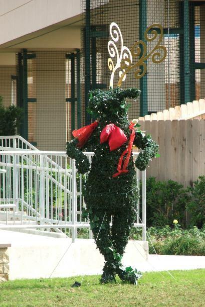Este simpático reno da la bienvenida a quienes visitan Memorial Mall.