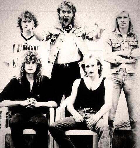 La banda Def Leppard desempolvó una foto para darle gusto a sus fans.Mir...
