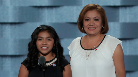 Karla Ortiz, de 11 años, y su madre, Francisca Ortiz, se dirigen...