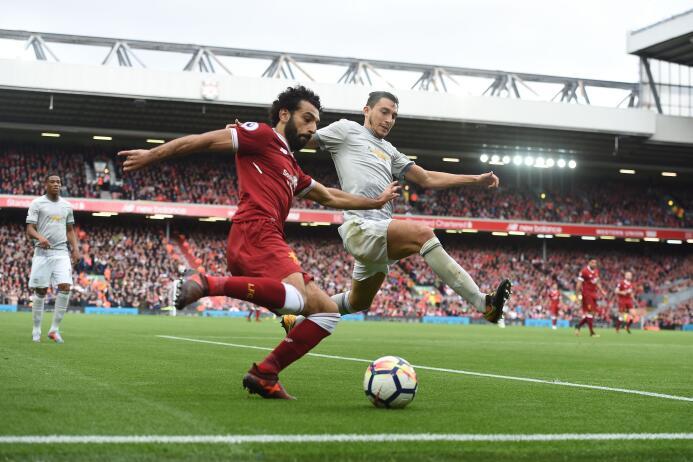 Manchester United cede terreno en la Premier al igualar con el Liverpool...