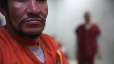 Inmigrantes en el centro de detención de Adelanto, en California.