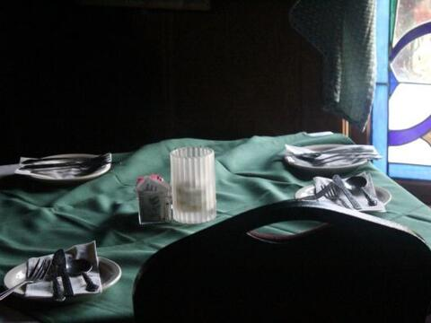 Tenedores, cuchillos, sillas y mesas que se mueven por la noche… dinero...