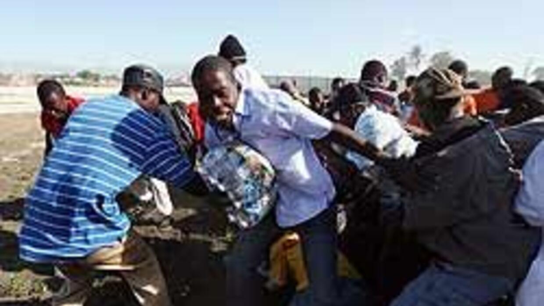 Haitianos protestan con barricadas en llamas de cadáveres y neumáticos b...