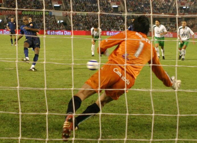 Samuel Eto' llegó al Barcelona en el 2004 y el 29 de agosto debutó c...