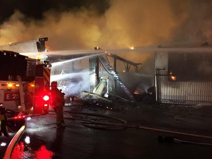 El almacén quedó destrozado, parte del techo colapsó