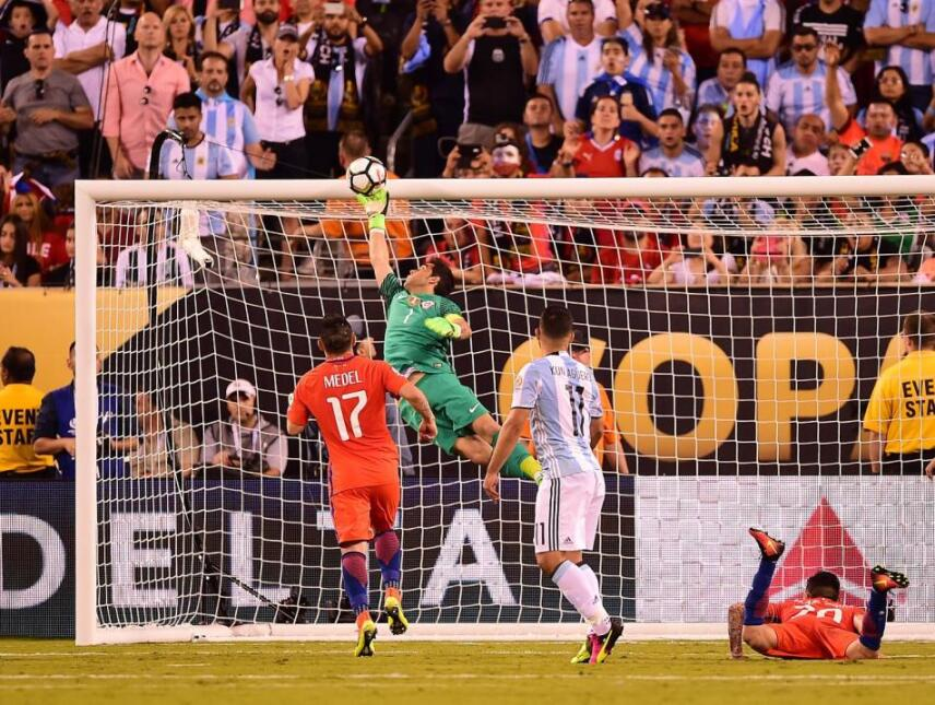 Claudio Bravo blocks a header by Sergio Aguero
