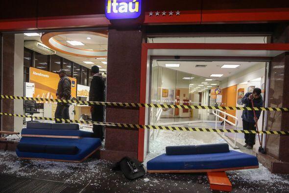 El grupo, que atacó también un vehículo de la cadena de televisión Recor...