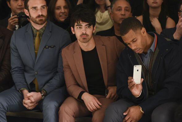 Muchos caballeros son adictos a la moda, tal es el caso de Joshua Sasse;...