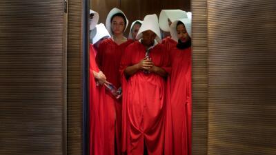¿Por qué se visten con túnicas rojas y sombreros blancos las mujeres que protestan contra Kavanaugh?
