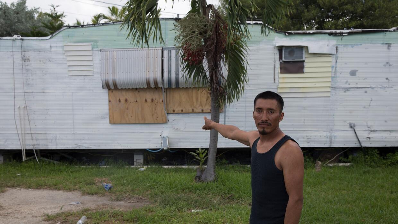 José López, un inmigrante mexicano de 31 años, mues...
