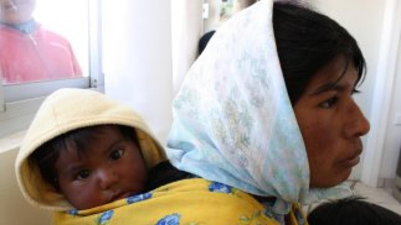 Unas 150 familias rarámuris luchan por sobrevivir lejos de sus tierras o...