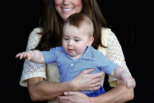 Después le tocó el turno a mami Kate de cargarlo.Más videos de Chismes a...