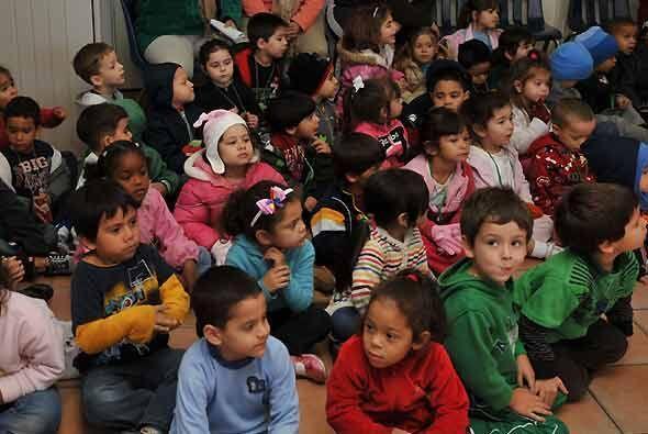 Decenas de pequeños esperaron impacientemente en el Día de...