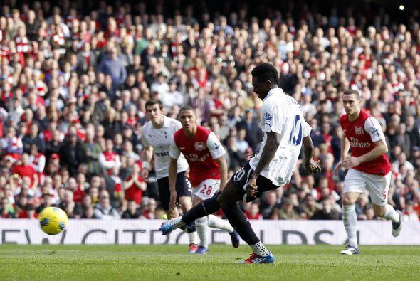 Emmanuel Adebayor cobró a la perfección y así le marcó a su ex equipo.