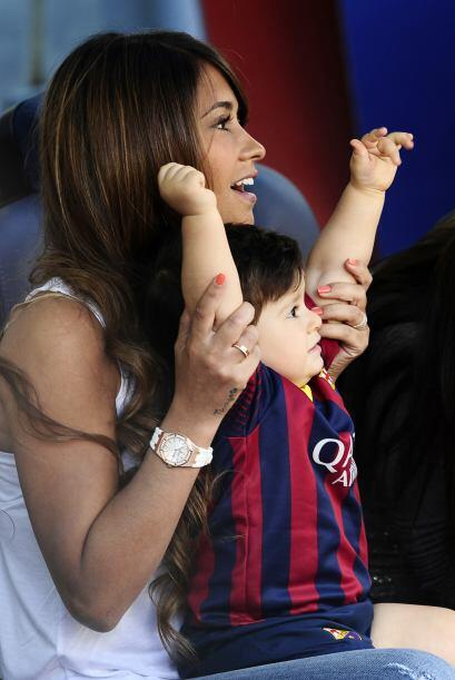 El pequeño Thiago disfrutó del previo del partido, aquí lo vemos manotea...