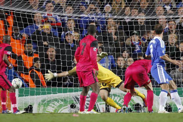 El defensor central no falló y amplió el marcador.