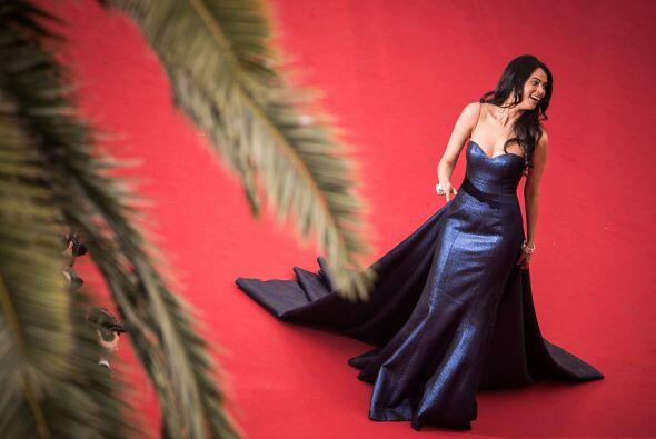 La actriz Mallika Sherawat  en un vestido metálico.
