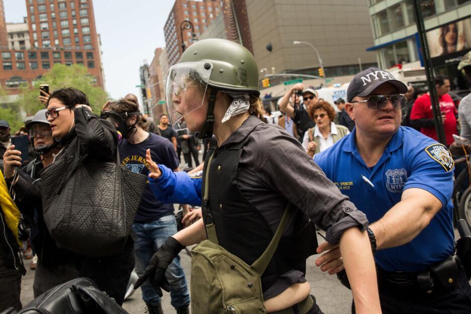 Oficiales del NYPD intervienen con algunos de los manifestantes en Union...