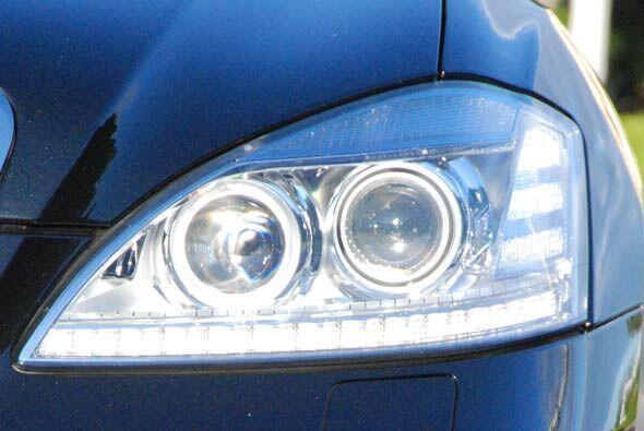 Además combinan lámparas de bi-xenon con luces de LED en la parte inferior.
