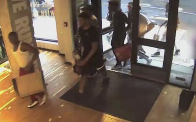 En video: Un grupo de jóvenes se dedica a robar tenis en tiendas deporti...