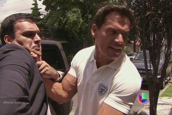 Daniel aparece en casa de Dionisio y lo golpea.