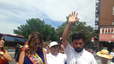 El sacerdote Edwin Lozada oró por la paz en Colombia.