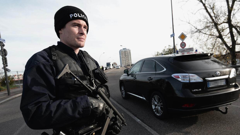 La policía francesa registra los vehículos que llegan a la frontera.