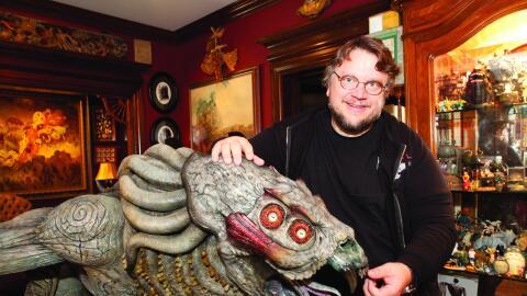 """Guillermo del Toro posa con una escultura de un monstruo de """"Hellbo..."""
