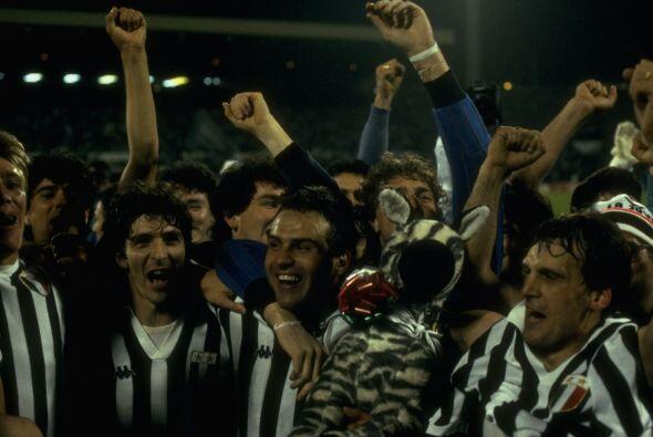 Para 1985 la copa quedó en manos de la Juventus, que superó al campeón d...