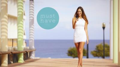 Chica caminando con vestido de encaje