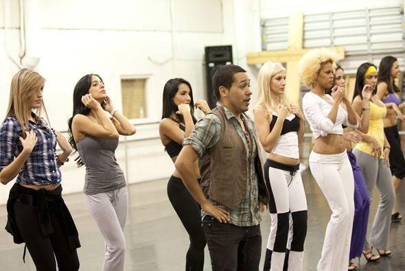 Nuestro coreógrafo está trabajando muy duro con ellas.