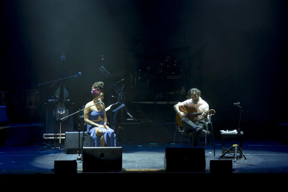 Tonina Saputo (I) acompañada por Javier Limón, abriendo el concierto Cam...