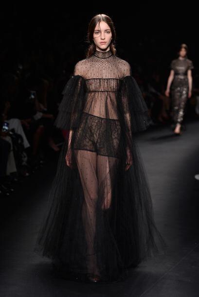 París no ha dejado de sorprendernos la colección de Valentino lleno de f...