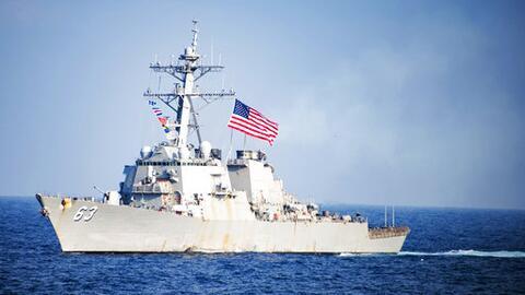 El destructor de la Armada estadounidense 'USS Stethem' navega por aguas...