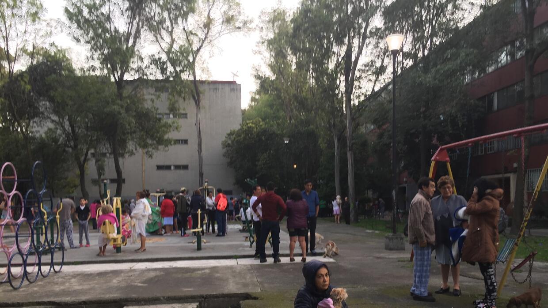 Vecinos salieron a la calle tras escuchar las alarmas en Tlatelolco.