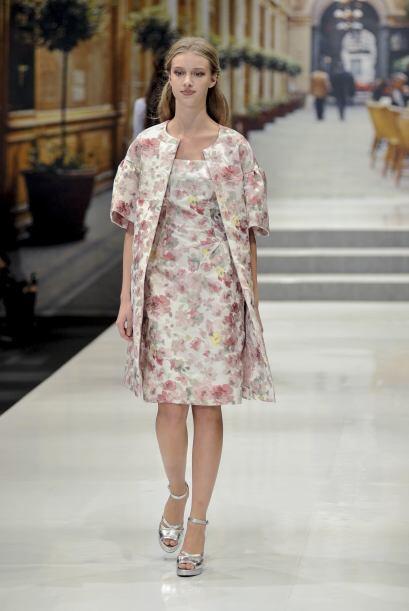 El color rosa palo en abrigos también es otra alternativa para verte vap...