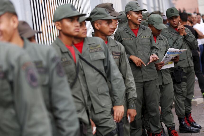 Soldados esperan para votar en uno de los centros capitalinos.