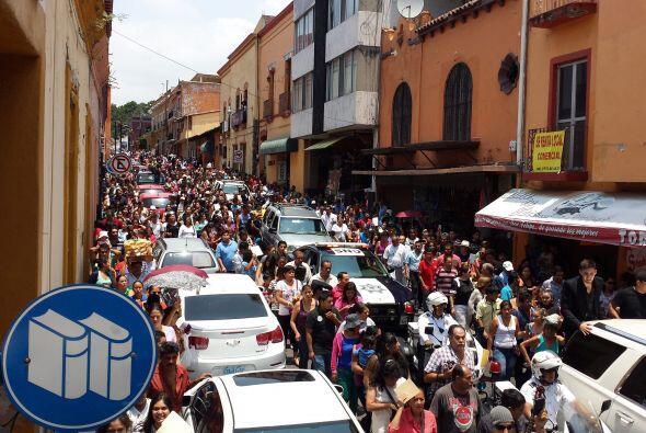 Multitudes han recorrido las calles por las que pasó la carroza fúnebre....