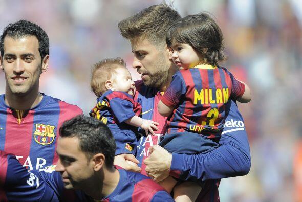 ¡Ternurita! Piqué se ve más guapo con sus hijos en brazos.