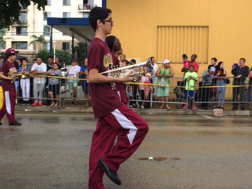 Las aceras de la Calle Ocho retumbaron a los coros del público al ver pa...