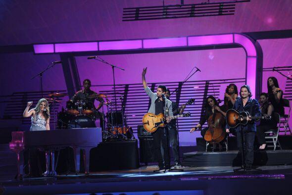 Alex, Jorge y Lena interpretaron su nuevo tema 'Estar Contigo'.