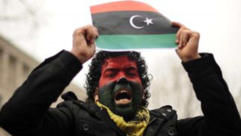 Miles de manifestantes salieron el viernes a las calles de Libia para au...