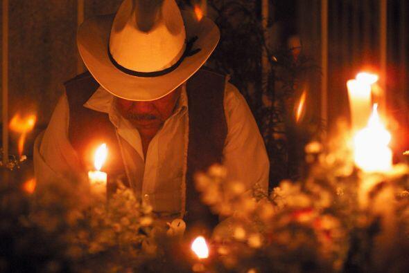 2. Las velas iluminan el camino de los difuntos, así que no puedes olvid...