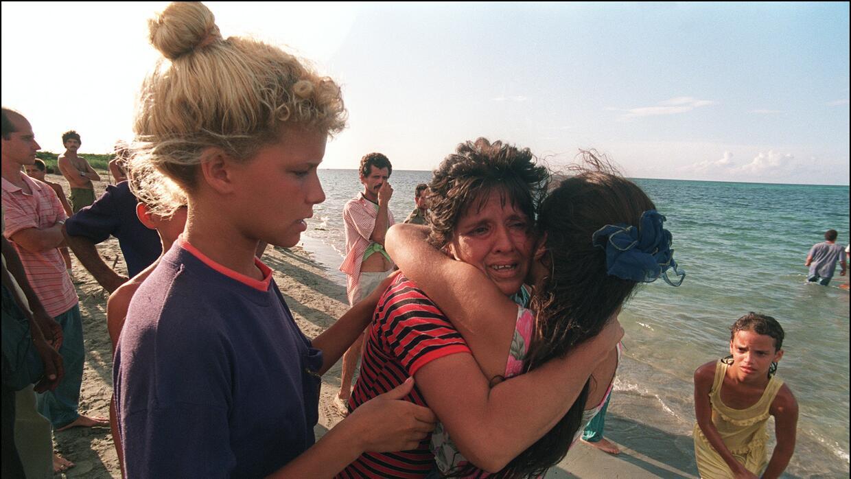 Una madre despide a su hija antes de que huya de Cuba en una balsa, en a...